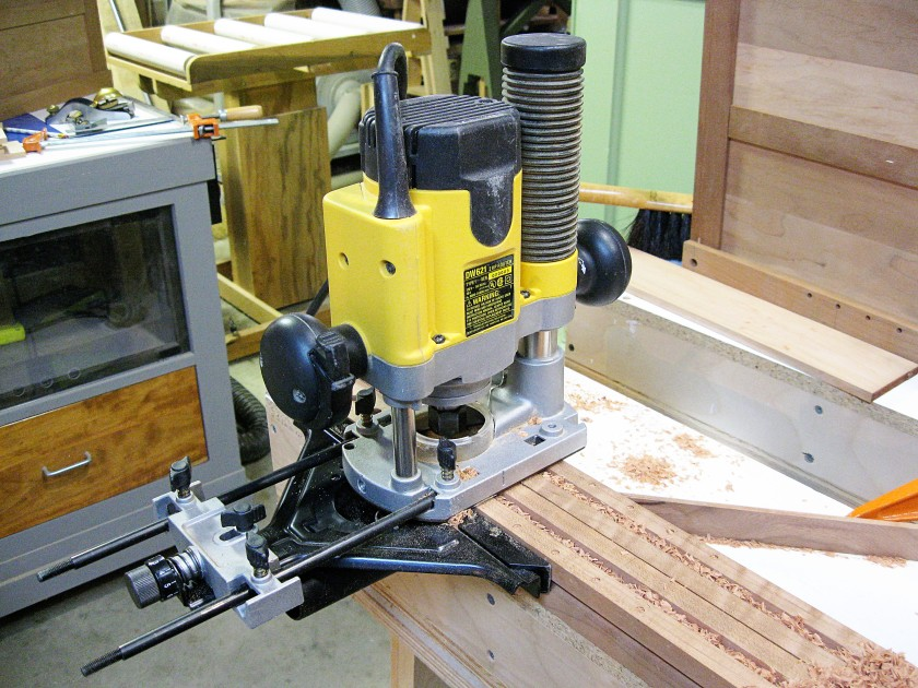 I use an additional leg to support the router while cutting.